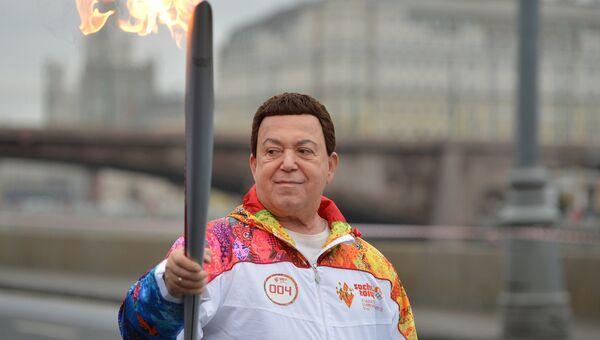 Певец Иосиф Кобзон во время эстафеты Олимпийского огня в Москве