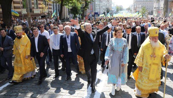 Президент Украины Петр Порошенко вместе с супругой принял участие в крестном ходе по случаю празднования 1030-летия со Дня крещения Руси. 28 июля 2018
