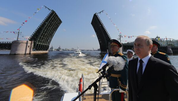 Президент РФ Владимир Путин приветствует участников Главного военно-морского парада в Санкт-Петербурге. 29 июля 2018