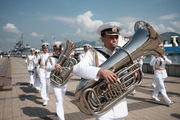 Музыканты военного духового оркестра на праздновании Дня Военно-Морского Флота в Новороссийске