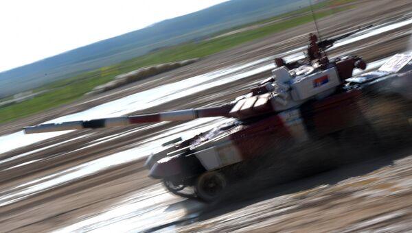Танк команды армии Сербии в индивидуальной гонке международных соревнований Танковый биатлон — 2018 на подмосковном полигоне Алабино