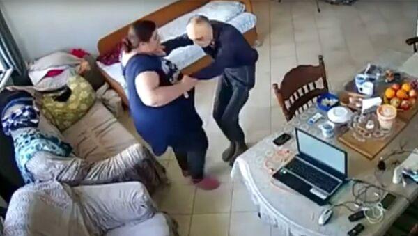 Стоп-кадр записи камеры видеонаблюдения, зафиксировавшей издевательства сиделки Месимбы Аджеляловой над изобретателем Владимиром Брувером