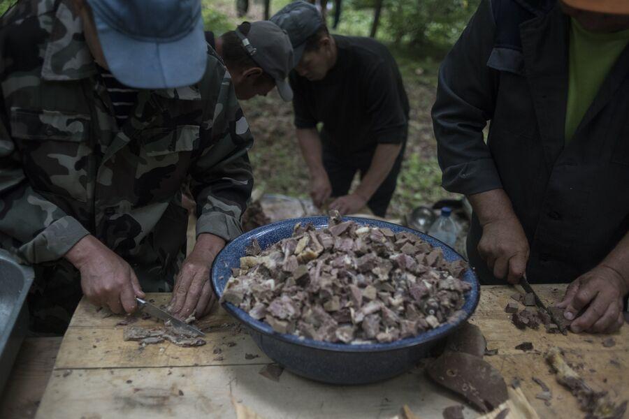 Приготовление ритуального блюда на празднике Сярем