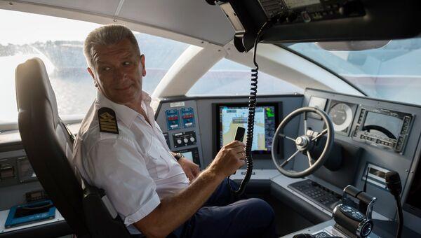 Капитан скоростного морского пассажирского судна на подводных крыльях «Комета 120М» перед отправлением в первый рейс по маршруту между Севастополем и Ялтой