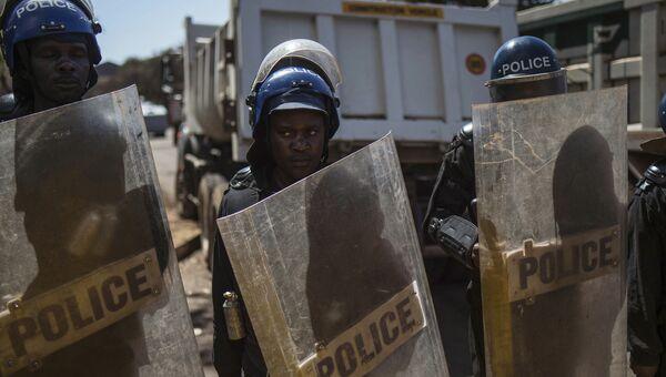 Полиция во время протеста в Хараре в Зимбабве. 1 августа 2018