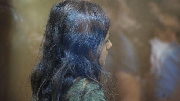 Одна из сестер Хачатурян, обвиняемых в убийстве своего отца, Михаила Хачатуряна, в зале Останкинского суда Москвы во время избрания меры пресечения. Архивное фото