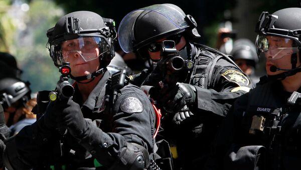 Полицейские разгоняют протестующих во время митинга в Портленде, США. 4 августа 2018