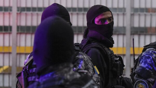 Военные проверяют близлежащие здания после покушения на президента Венесуэлы Николаса Мадуро. Архивное фото