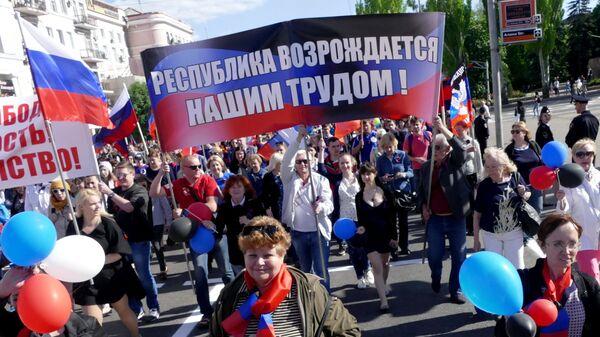 Участники торжественного шествия в Донецке, посвященного Дню самопровозглашенной Донецкой народной республики. Архивное фото