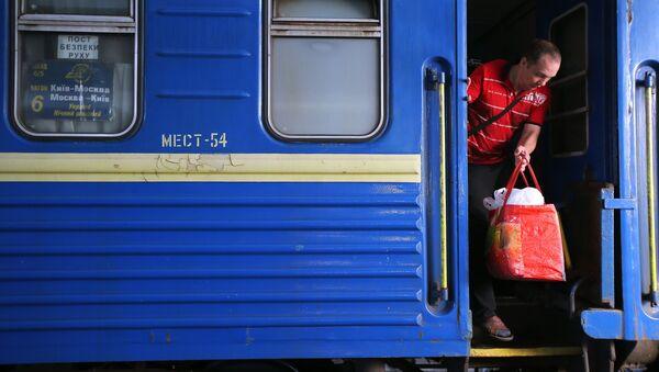 Пассажир поезда №005 Украина по маршруту Москва-Киев на перроне Центрального вокзал в Киеве. Архивное фото