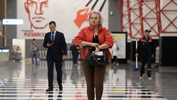 Пассажиры в терминале B международного аэропорта Шереметьево