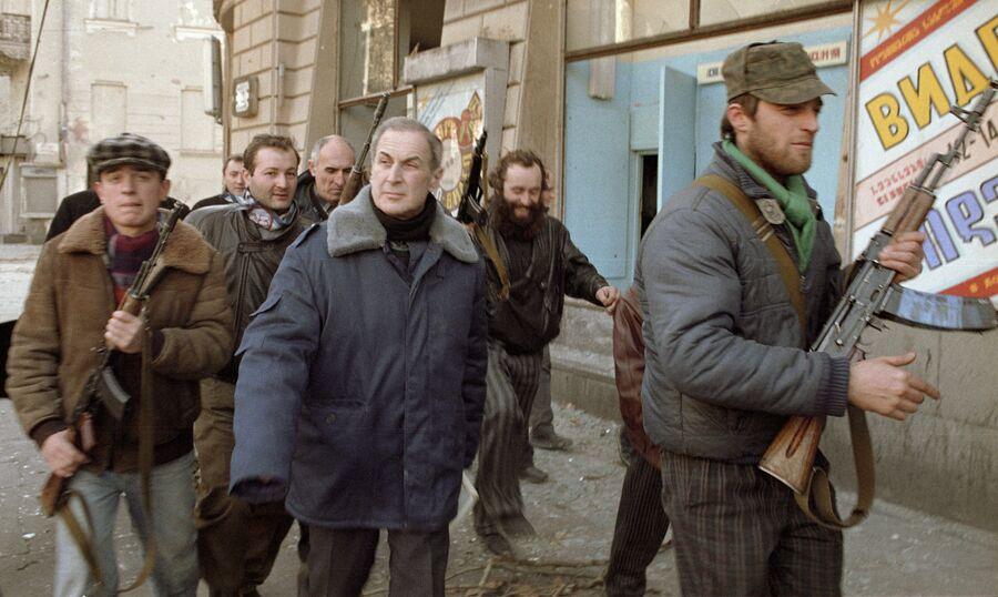 Лидер оппозиции Джаба Иоселиани в сопровождении вооруженной охраны идет по улицам Тбилиси