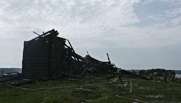 Сотрудники противопожарной службы у сгоревшего здания церкви Успения Божией Матери в Кондопоге в Карелии. 10 августа 2018