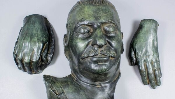 Бронзовая посмертная маска Иосифа Сталина и слепки кистей его рук, выставленные на аукционе The Canterbury Auction Galleries в Великобритании
