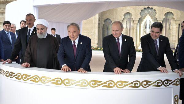 Президент РФ Владимир Путин на церемонии выпуска мальков осетра на набережной Каспия главами государств-участников V Каспийского саммита в Актау. 12 августа 2018