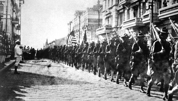 Американские войска во время парада перед зданием штаба Чехословацкого легиона во Владивостоке. 1918 год