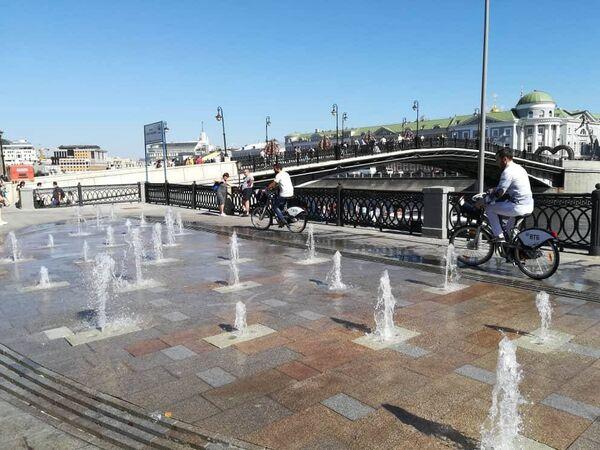 Сухой фонтан возле Лужкова моста в Москве