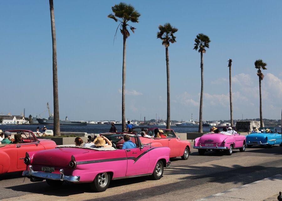 Кубинцы в кабриолетах на набережной Малекон в Гаване