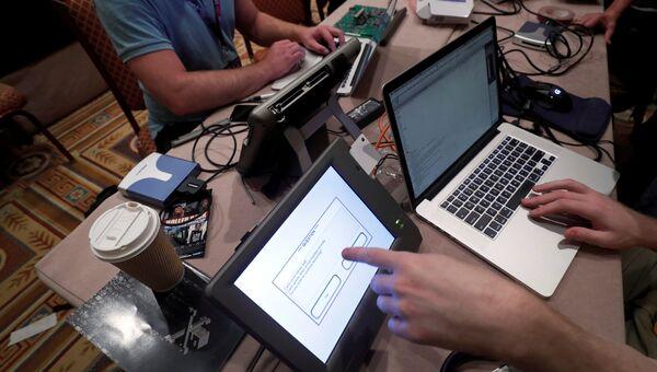 Хакеры пытаются изменить результаты выборов во время конференции DEF CON в Лас-Вегасе, США. Архивное фото