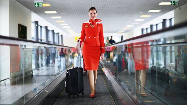 Бортпроводник авиакомпании Аэрофлот Анастасия Белоусова в терминале аэропорта Шереметьево
