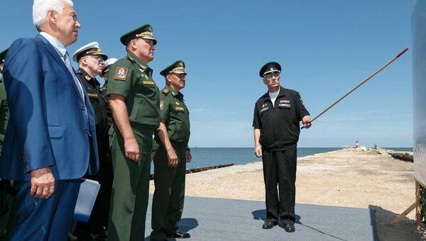 Министр обороны России Сергей Шойгу во время проверки строительства инфраструктуры Каспийской флотилии в Дагестане. 15 августа 2018