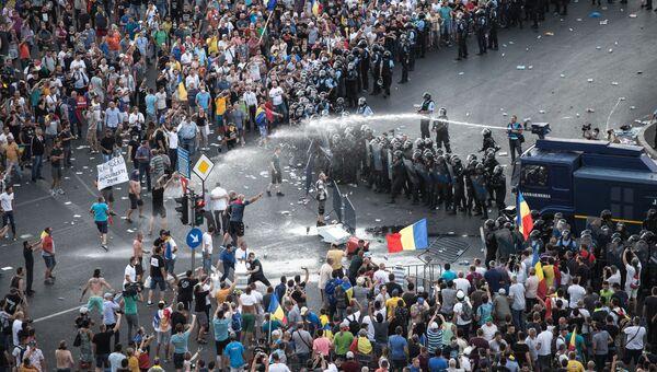 Разгон демонстрантов водометом перед зданием правительства в Бухаресте