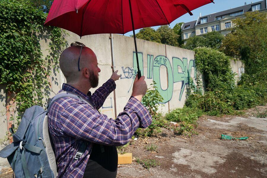 Мужчина в Берлине на улице Иды фон Армин, где обнаружен забытый участок Берлинской стены