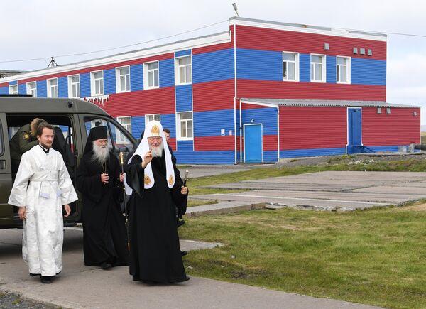 Патриарх Московский и всея Руси Кирилл во время посещения поселка Белушья Губа на архипелаге Новая Земля