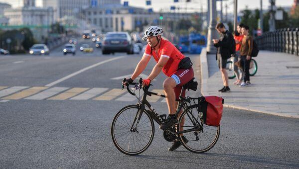 Велосипедист на улице Большая Полянка в Москве