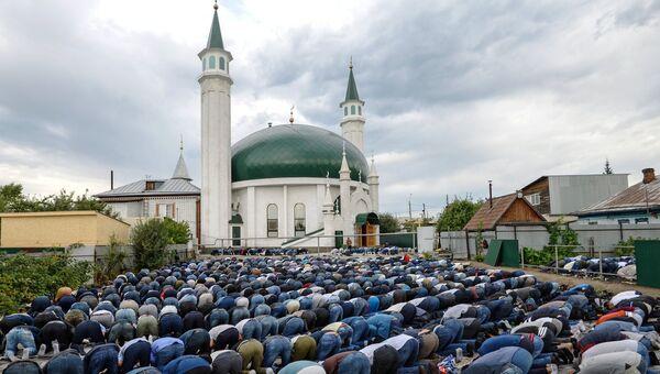 Верующие на намазе в праздник Курбан-байрам во дворе возле Соборной мечети Барнаула