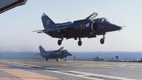 Истребители Як-38П тяжелого авианесущего крейсера Новороссийск