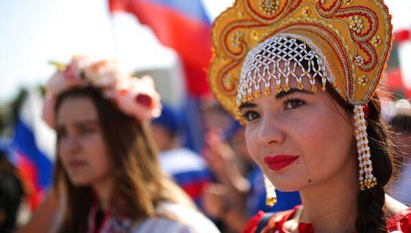 Участница праздничных мероприятий, приуроченных к празднованию Дня государственного флага Российской Федерации, в Краснодаре