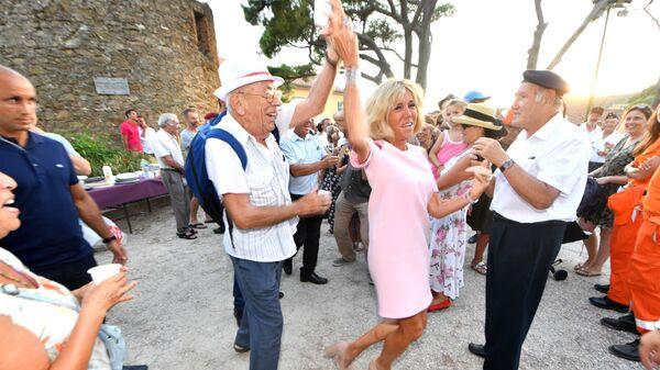 Брижит Макрон на праздновании 74-й годовщины освобождения города Борм-ле-Мимоза на юге Франции
