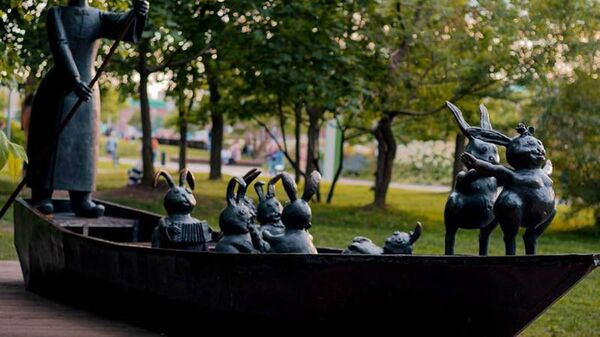 Скульптурная композиция Дед Мазай и зайцы в парке искусств Музеон в Москве. Архивное фото