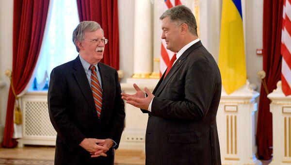 Помощник президента США по национальной безопасности Джон Болтон и президент Украины Петр Порошенко во время встречи