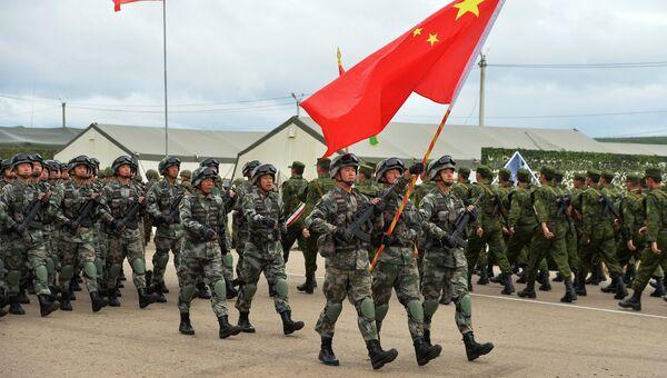 Военнослужащие вооруженных сил КНР (на первом плане) во время прохождения парадным строем на торжественном открытии учений стран-членов ШОС Мирная миссия-2018 в Чебаркуле. Архивное фото