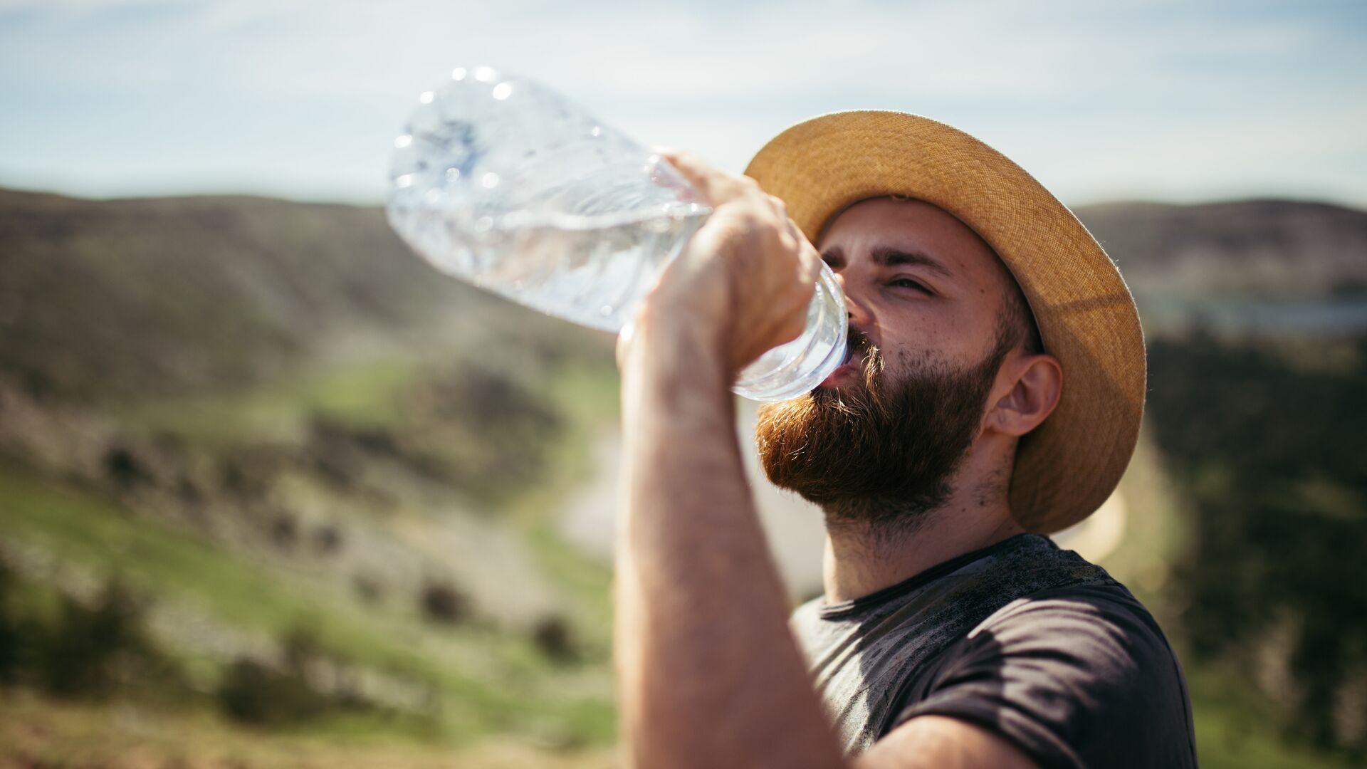 Турист пьет воду - РИА Новости, 1920, 14.04.2021
