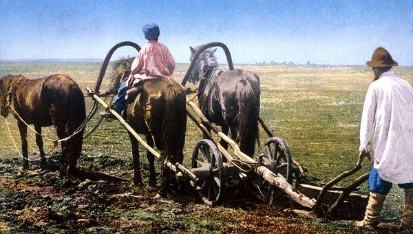 Русские крестьяне во время полевых работ. Почтовая открытка ХХ в.