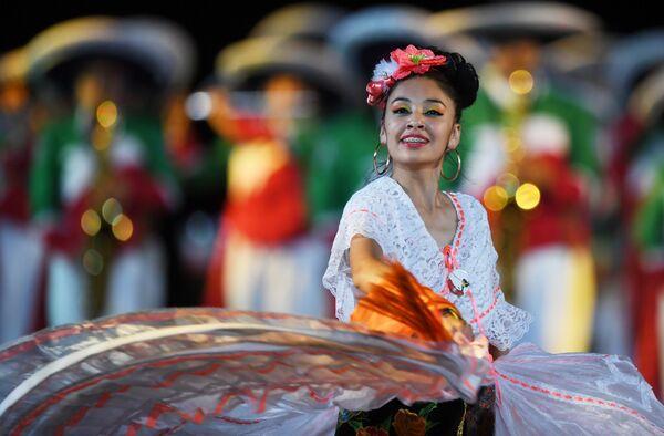 Творческий коллектив Банда Монументаль (Мексика) на торжественной церемонии открытия XI Международного военно-музыкального фестиваля Спасская башня