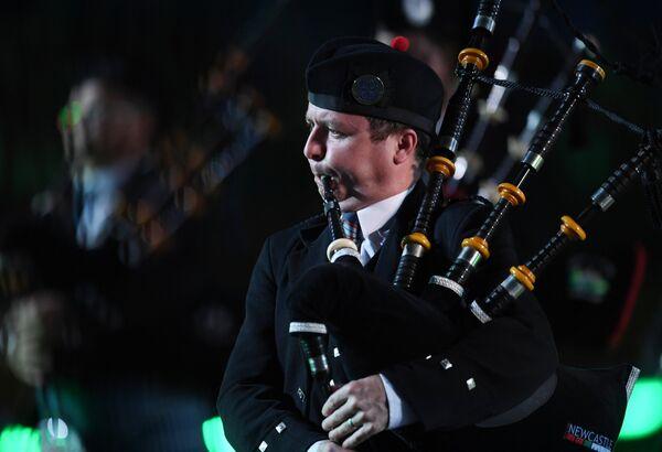 Участник международного кельтского оркестра волынок и барабанов на торжественной церемонии открытия XI Международного военно-музыкального фестиваля Спасская башня