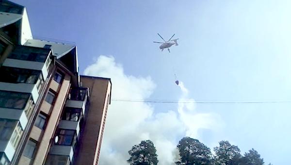 Вертолет МЧС во время ликвидации пожара в многоэтажном жилом здании в Королеве. 26 августа 2018