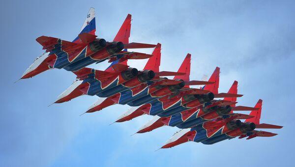 Пилотажная группа Стрижи на истребителях МиГ-29 на IV Международном военно-техническом форуме «Армия-2018»