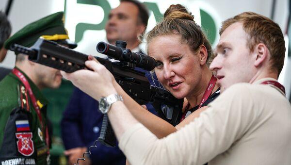Посетители с самозарядным карабином SR1 на стенде концерна Калашников на выставке «Армия России – завтра» в рамках IV Международного военно-технического форума «Армия-2018» в Кубинке