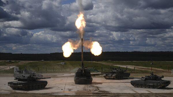 Танки Т-90 и самоходная артиллерийская установка (САУ) Мста-С (в центре)