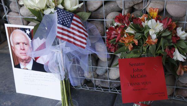 Мемориал перед офисом сенатора Джона Маккейна в Фениксе, США. Архивное фото