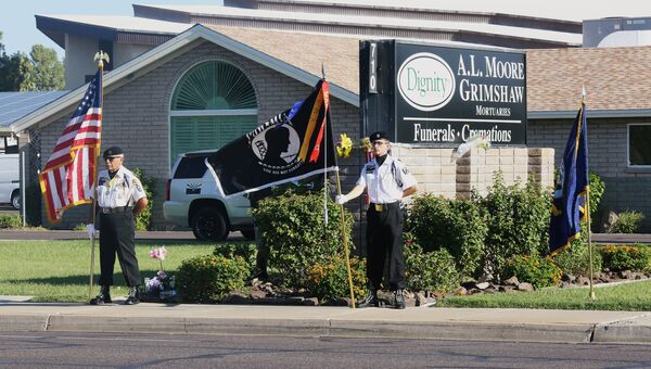 Почетный караул перед моргом церкви Святой Вифании в память о покойном сенаторе Джоне Маккейне, штат Аризона, США
