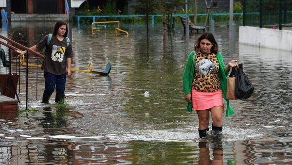 Жители на затопленной улице Уссурийска. Архивное фото