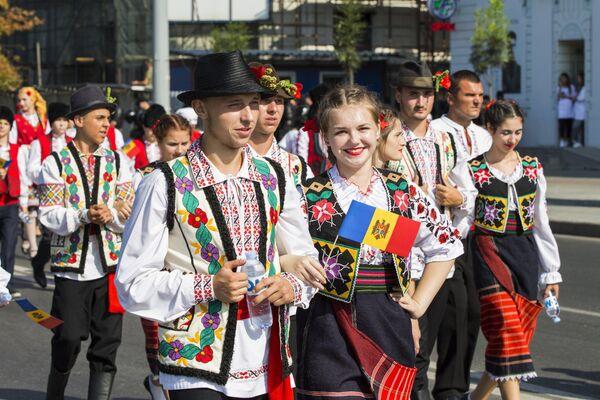 Участники парада национальной одежды, проходящего в рамках празднования Дня независимости Молдавии, в Кишиневе. 27 августа 2018