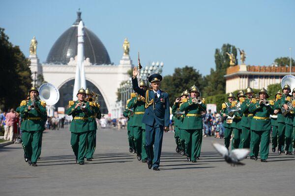 Показательный оркестр МЧС на шествии участников международного военно-музыкального фестиваля Спасская башня на ВДНХ