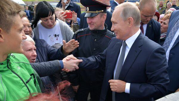 Президент РФ Владимир Путин после посещения новой школы в городе Обь Новосибирской области. 28 августа 2018
